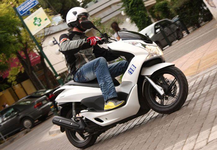 272f3c0dec5 Μπορεί οι εξωτερικές διαστάσεις του Honda PCX να μην είναι οι πλέον  μίνιμαλ, αλλά θα ελιχθεί με τη χάρη ποδηλάτου.
